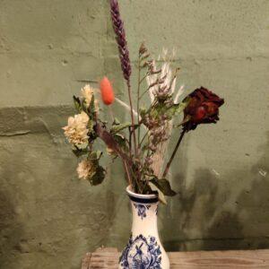Buikvaas molen met droogbloemen