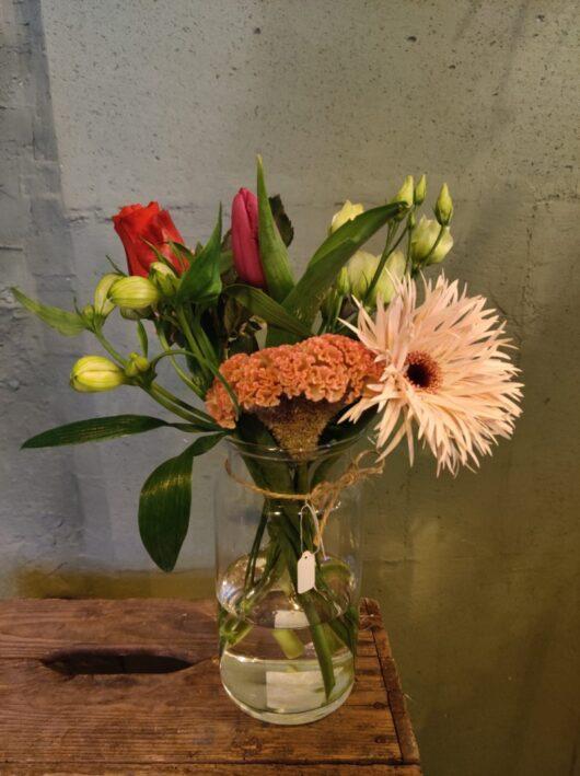 vaasje gevuld met bloemen groot