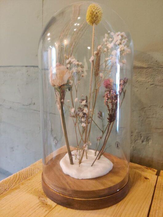 Glazen stolp met droogbloemen