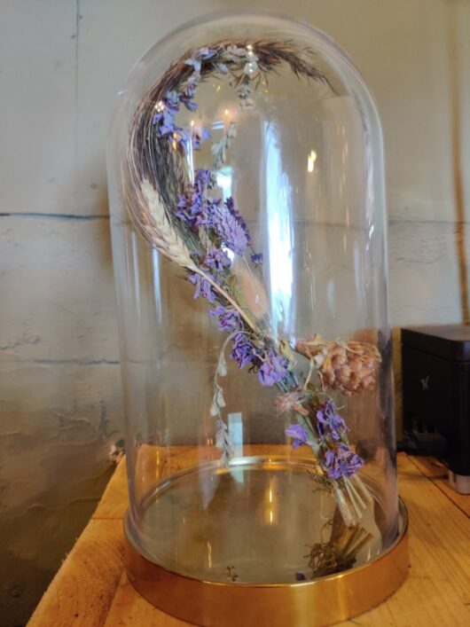 Glazen stolp met droogbloemboeketje
