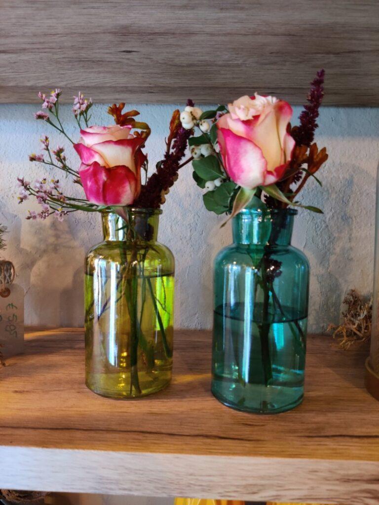 Vaasje gevuld met bloemen
