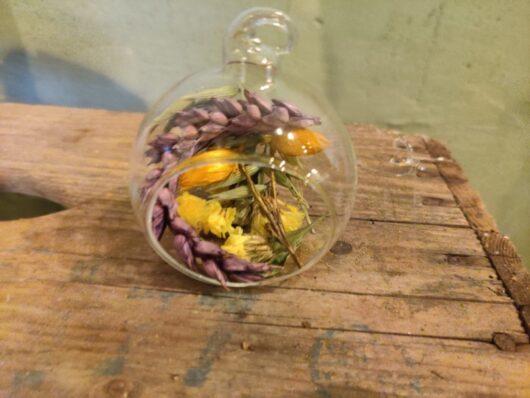 glasbal met droogbloemen kleurrijk