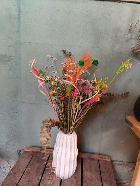 Droogbloem boeket kleurrijk in vaas Barolo
