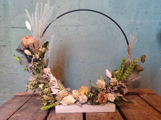Droogbloemen op houten voet groen - wit