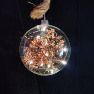 glasbal met licht en droogbloemen